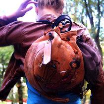Ручки на карабинах и позволяют трансформировать из рюкзака сумку.